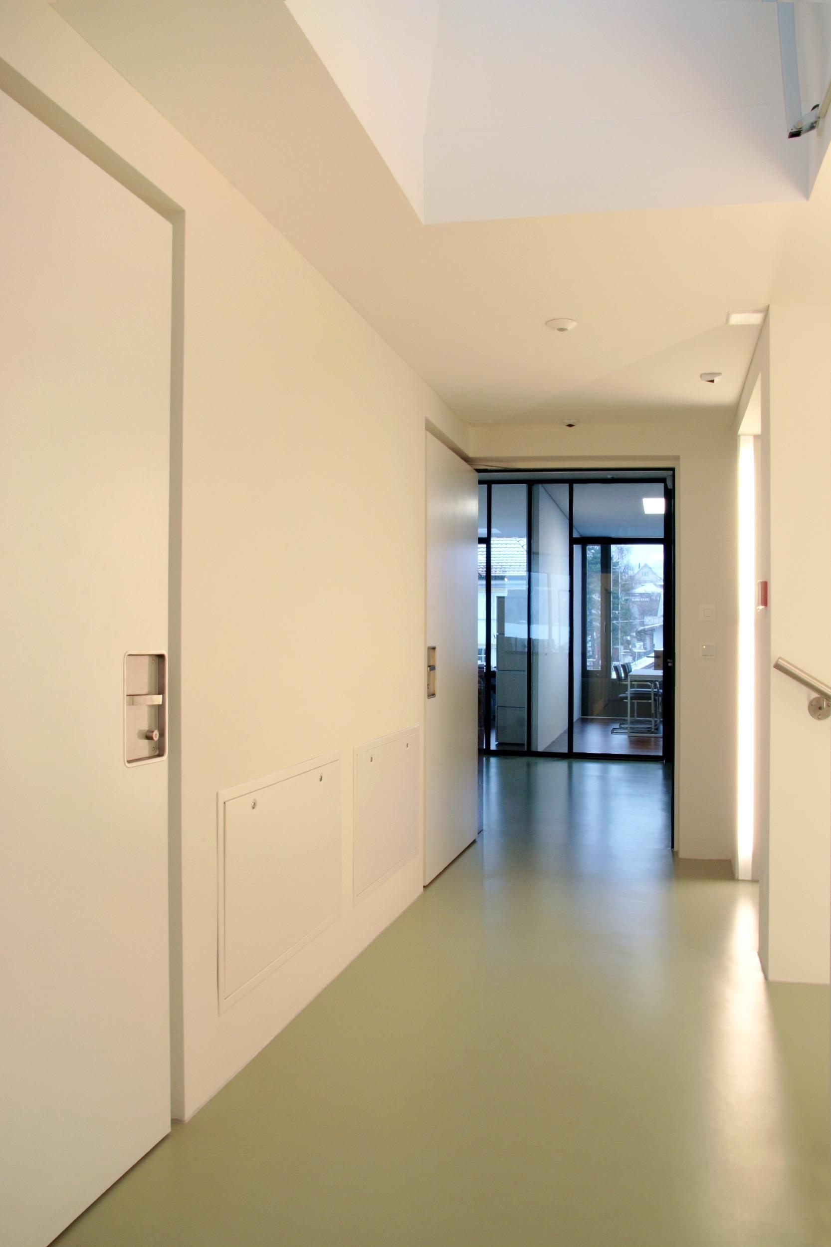 Rahmenlose_Holztuere_Raiffeisen-Heiden_002
