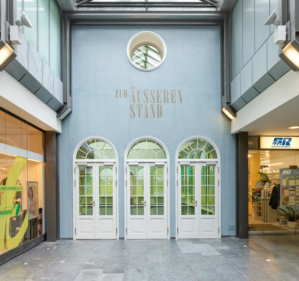 Hofcafé Rathaus zum äusseren Stand, Bern. Aufgrund der Renovation wurden die historischen Eingangstüren ersetzt. Bach Heiden lieferte einen Nachbau der historischen Eingangstüren in E130 mit dem Produkt 09.01.