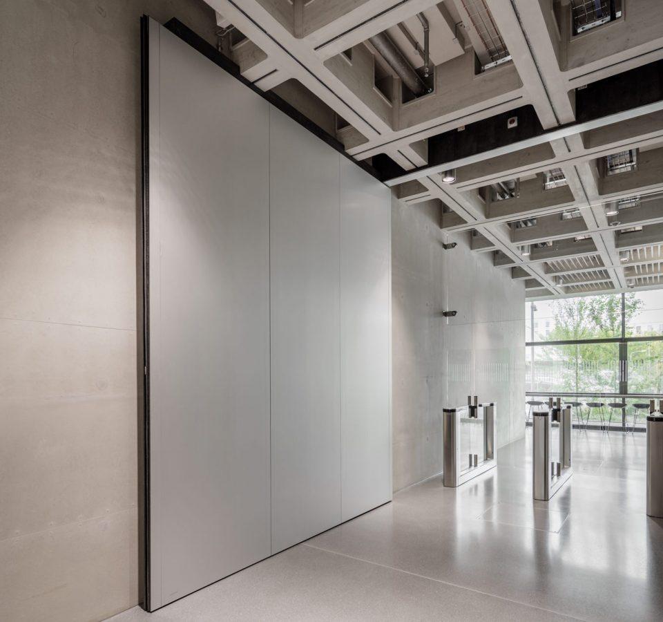 SRF, Neubau Techinkcentrum, Innenansicht mit Brandschutztüren von Bach Heiden.